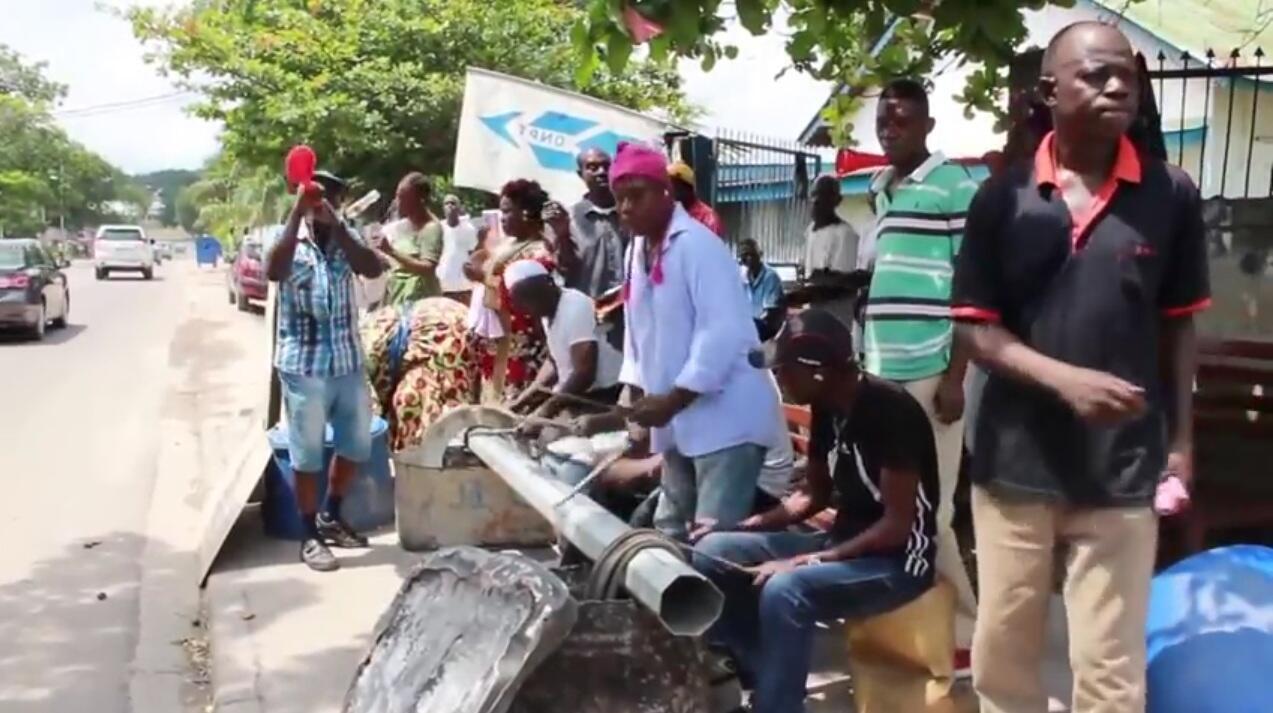 Des employés de l'ex Office Nationale des Postes et Télécommunications (ONPT), liquidée depuis 2011, se réunissent chaque jour pour faire du boucan dans les rues de Brazzaville et faire connaitre leur situation.