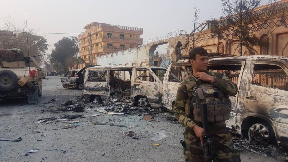 Le complexe dans lequel se trouvait l'ONG Save the Children a été attaqué mercredi 24 janvier, à Jalalabad. Photo: Bilal Sarwary (Twitter: @bsarwary).