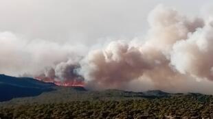 Le mont Kilimandjaro, jeudi 15 octobre, vu depuis la ville de Moshi. Le feu a repris alors qu'il avait été temporairement sous contrôle. Photo transmits par notre Observateur.