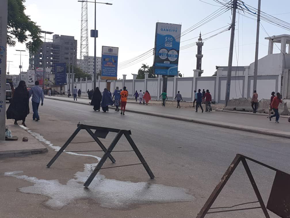 Des barricades ont été installées le lendemain des manifestations, le 16 décembre, sur l'arcade Soobe, un des boulevards les plus fréquentés de la capitale.