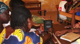 Des élèves d'une école de Markala, dans la Région de Ségou, se familiarisent avec une liseuse. Photo Malebooks.