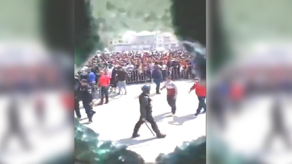 """صورة شاشة من فيديو تظهر فيه حافلة لنادي الجزائر """"شباب الأهلي برج بوعريريج"""" وهي تتعرض للرشق بمقذوفات مختلفة من مشجعي الفريق المنافس. فيس بوك."""