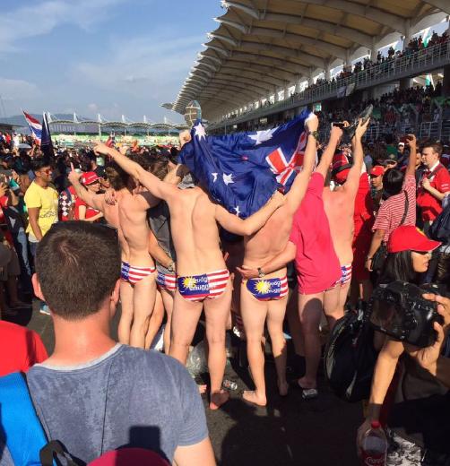 Neufs Australiens ont été placés en détention provisoire pendant quatre jours pour avoir exhibé leur slip aux couleurs du drapeau malaisien lors d'une course automobile à Sepang. Photo : Twitter @nikasyraaf.