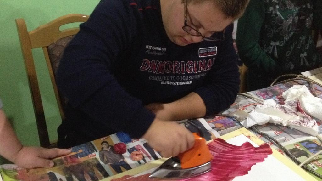 A student takes part in one of the iron painting classes organised by the Zvijezda association. Photo by Lidija Pisker.