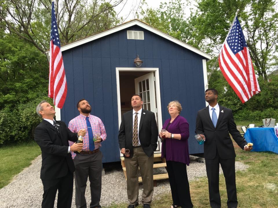 Inauguration de la première petite maison le 2 mai. Photo : Page Facebook Veterans community project.