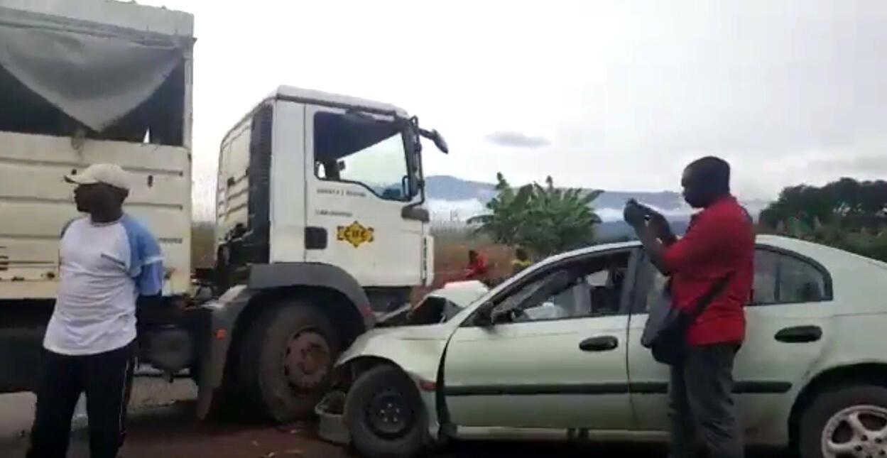 Un accident près de Douala filmé par notre Observateur Mathias Mouendé Ngamo. C'est cette route qu'il faut emprunter pour se rendre au stade de Limbé, qui abritera la CAN féminine en novembre prochain.