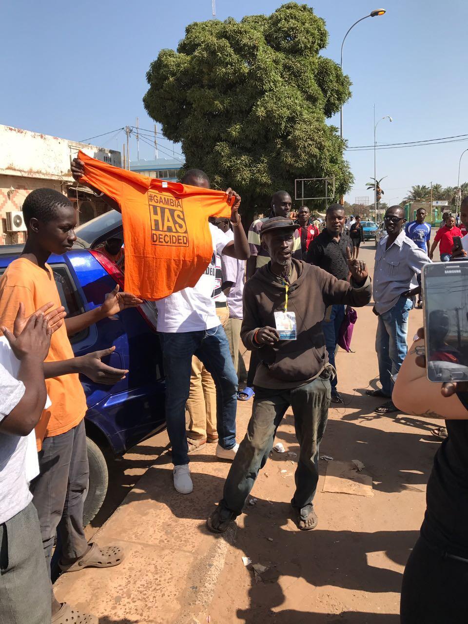 Dans les rues de Banjul, de plus en plus de personnes se sont mises à vendre des t-shirts #Gambiahasdecided, pour célébrer le changement de chef d'État .