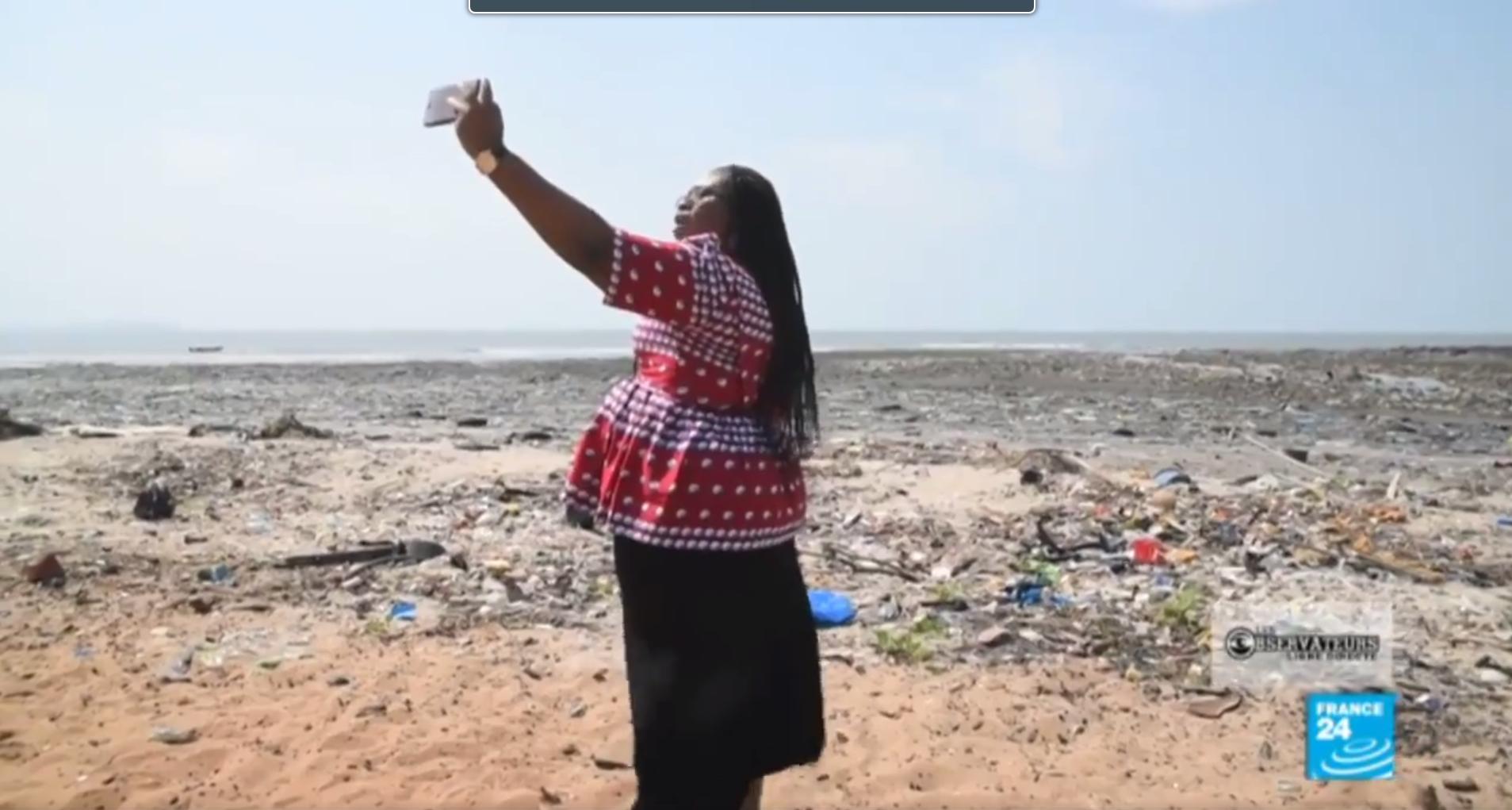 Un an après avoir tourné ces images à la plage de la Minière, notre Observatrice dresse un bilan mitigé de la gestion des déchets en Guinée.