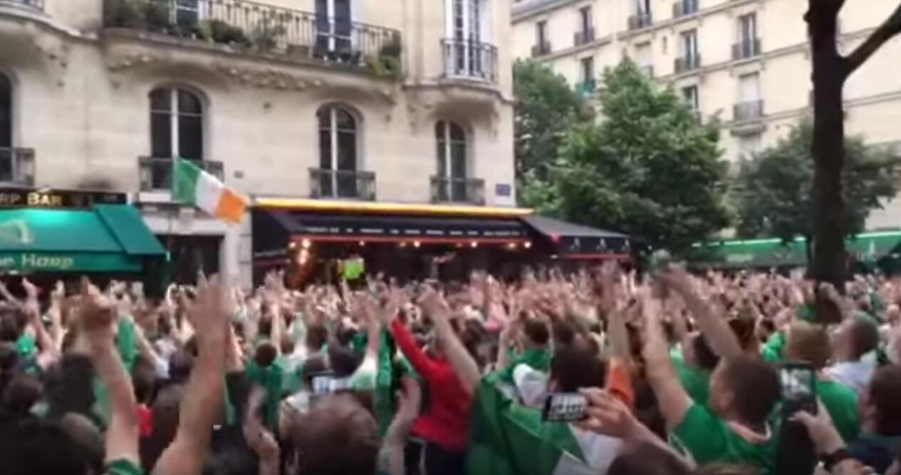 Des supporteurs irlandais à Paris acclament un inconnu à son balcon à chaque fois qu'il regarde par la fenêtre. Capture d'écran vidéo