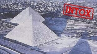 Ces images de pyramides enneigées sont l'une des intox du mois de mars 2018 qui a circulé sur les réseaux sociaux.