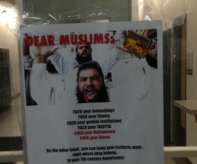 Au total, 40 affiches comme celle-ci ont été placardées dans l'université de Calgary. Photo Twitter : @forzarand.