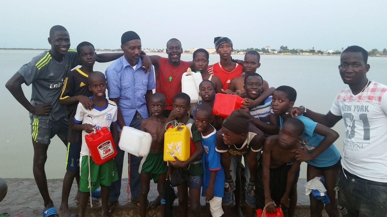 Zalé (en rouge un sifflet vert autour du cou) apprend à nager bénévolement aux jeunes de Saint-Louis depuis 20 ans. Photo : Makhtar Ndiaye.