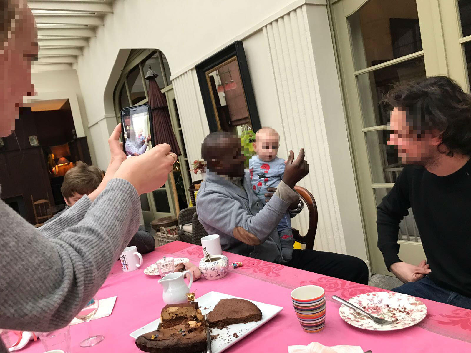 مهاجر في بيت عائلة بلجيكية في فترة عيد الميلاد، بفضل مجموعة الفيسبوك Plateforme citoyenne. الصورة أرسلها حسن.