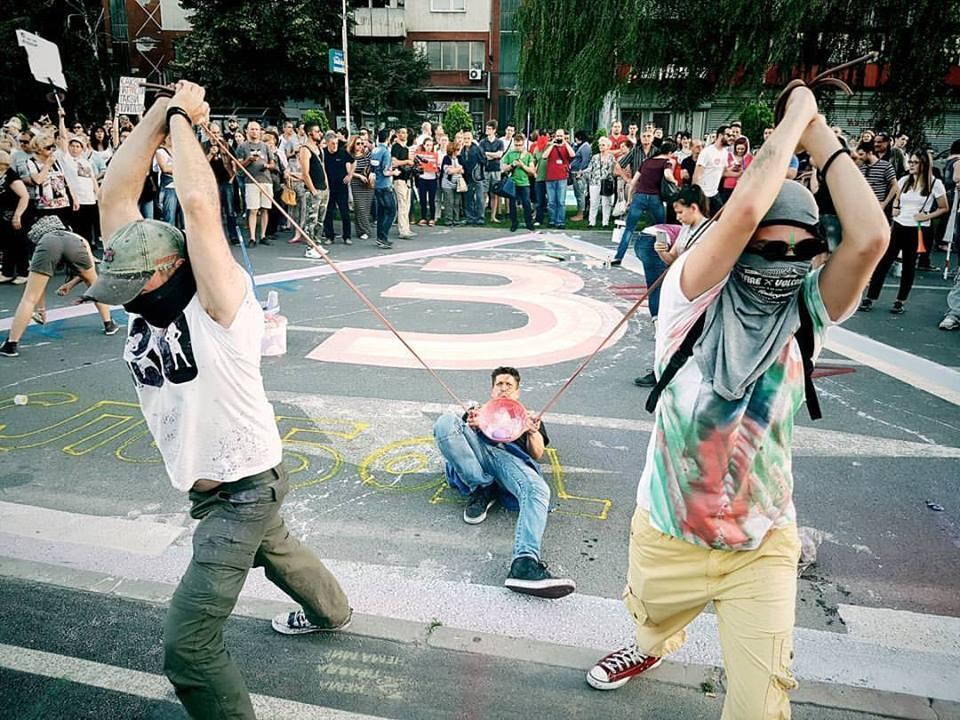 """Des manifestants lancent des """"bombes"""" de peinture sur des monuments. Crédit photo : Lazar Simeonov, compte instagram @lazsim."""