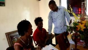 L'autoproclamé prophète Mackenson Dorilas, lors d'une consultation avec deux jeunes parents haïtiens.