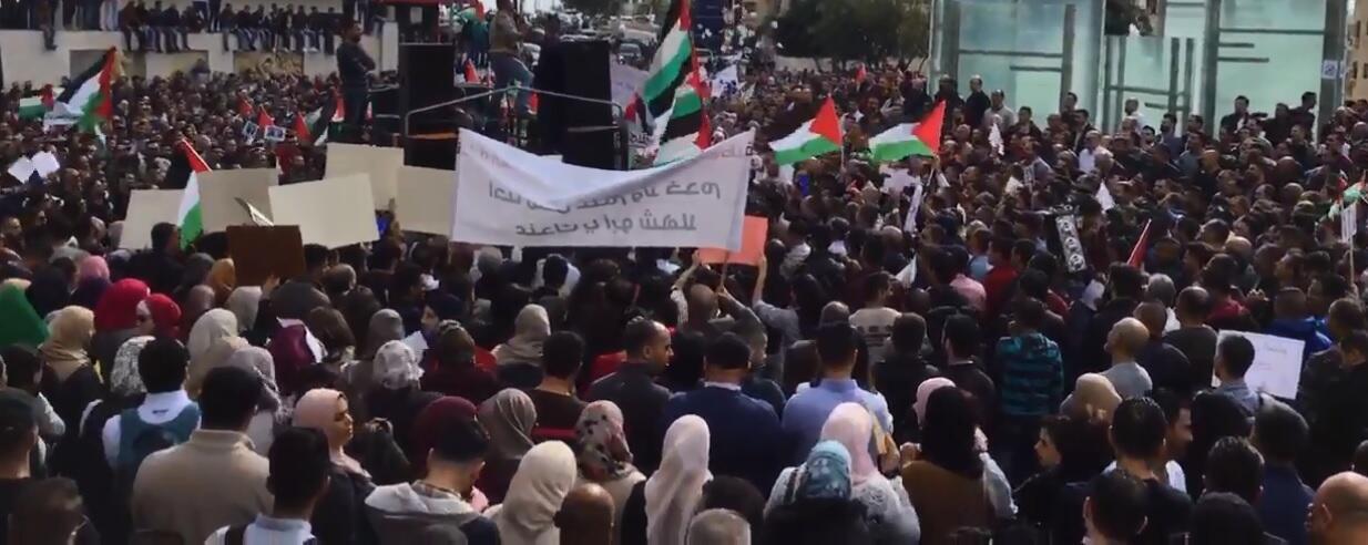 Capture d'écran d'une vidéo montrant une manifestation à Ramallah contre la loi de sécurité sociale. Crédit : Twitter.