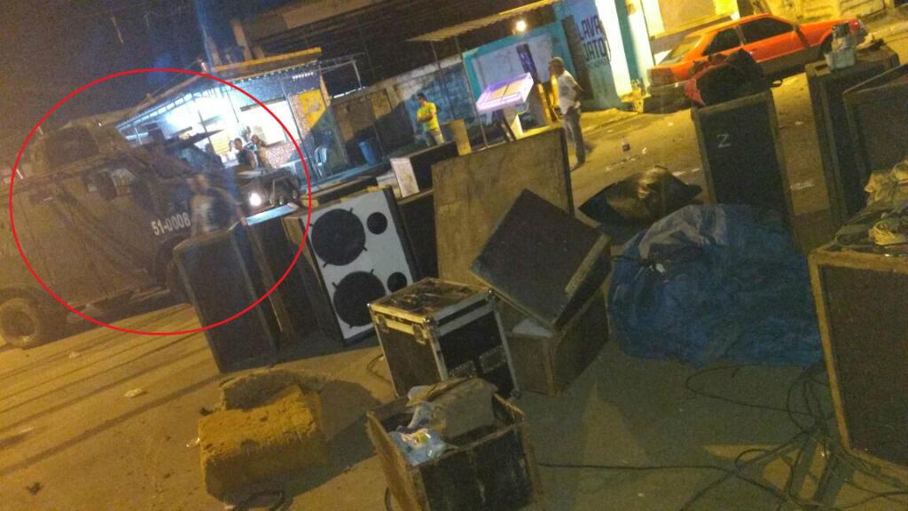 Un camion de la police détruit une fête funk dans une favela de Rio. Image: DefeZap.