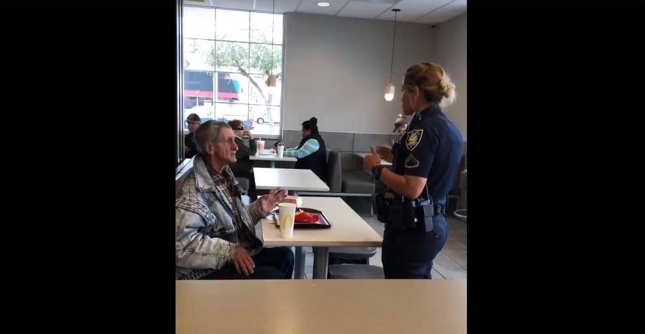 لقطة من الفيديو التي تظهر الشرطية وهي تطلب من المشرد الخروج من المطعم.