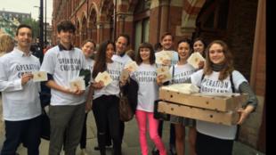 Un groupe de jeunes Français a distribué des petites lettres et des croissants à leurs voisins Britanniques pour les convaincre de voter contre le Brexit.