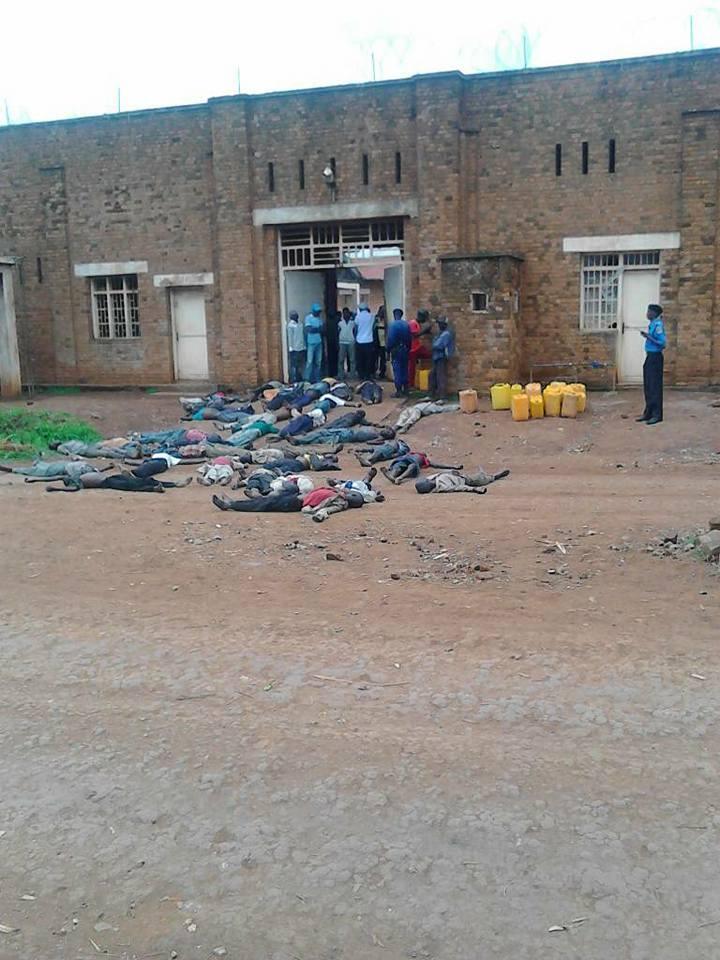 Les corps de 28 détenus en état d'hypoglycémie sévère ont été déposés devant la prison de Kabare, près de Bukavu, pour interpeller les autorités sur la pénurie de vivres. Photo : Justino Mutabunga / Facebook