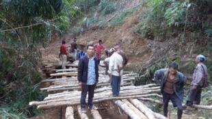 Aidés par un activiste de la région, les villageois ont eux-mêmes construit une route pour rendre leur village accessible aux voitures.