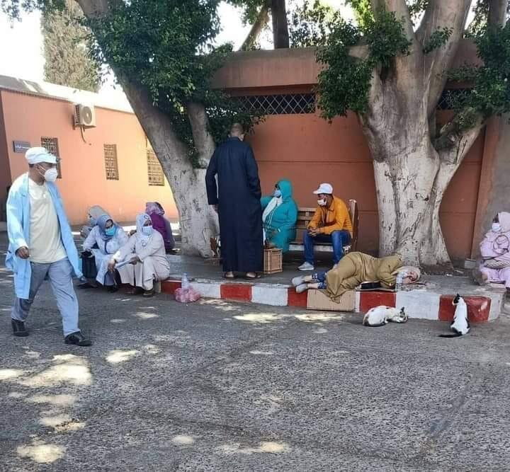 Des patients contraint de dormir et de patienter sur le trottoir situé en face de l'hôpital de Marrakech, photo publiée le 18 août 2020.