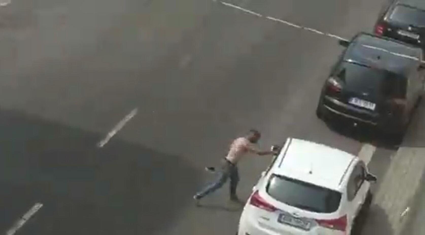 Un homme ressemblant à Stanislas Tomas et identifié comme tel par la police en train de s'en prendre à une voiture à une centaine de mètres du lieu de son interpellation (coordonnées : 50.644746, 13.821369).