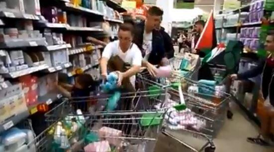 Capture d'écran de la vidéo montrant des personnes vidant les rayons d'un supermarché de ses produits israéliens.