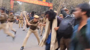 Screengrab of video showing police violence against student protesters. (Filmed by Sanghapali Aruna Kornana)