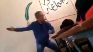 Caputre d'écran d'une vidéo montrant un enseignant frapper une lycéenne au Maroc
