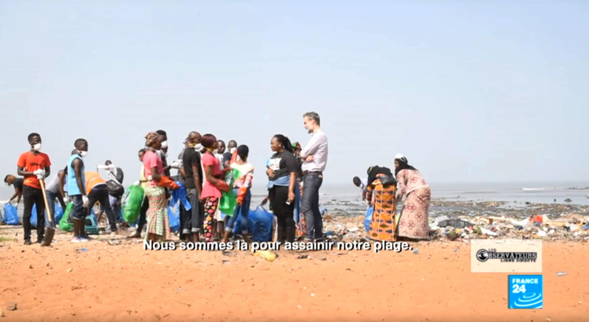 Notre journaliste Derek Thomson et notre Observatrice Fatoumata Chérif à la rencontre des Guinéens qui se mobilisent pour nettoyer une plage de Conakry.