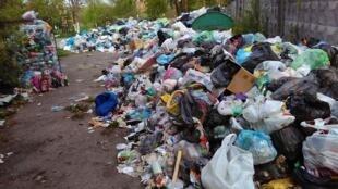 Les tas d'ordures qui jonchent les rues de Lviv. Photo prise le 3 mai 2017 par notre Observatrice.