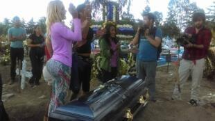 """Mobilisation le 4 octobre à Mexico, afin de réclamer justice après l'assassinat de Paola Ledezma, dont le corps se trouve dans ce cercueil. Photo publiée sur la page Facebook du """"Centro de Apoyo a las Identidades Trans""""."""