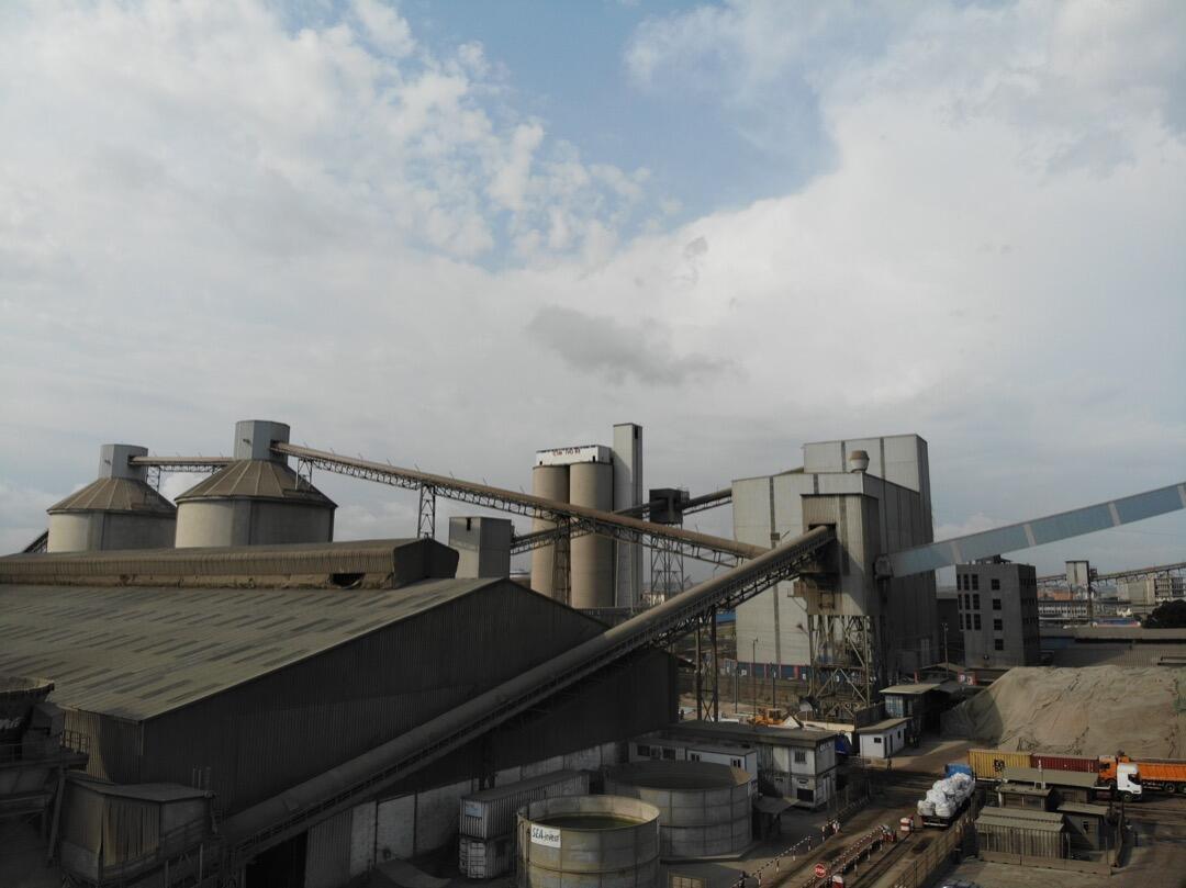 Photo du dispositif permettant aux cimenteries adjacentes au port minéralier de récupérer le clinker directement via des silos.