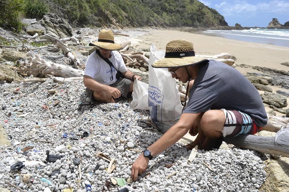 """Ces Français se trouvent actuellement en Australie, afin de sensibiliser à la nécessité de protéger l'écosystème marin et côtier. Toutes les images ont été publiées sur le site Internet ou la page Facebook du projet """"Ocean Cleaner'zh""""."""