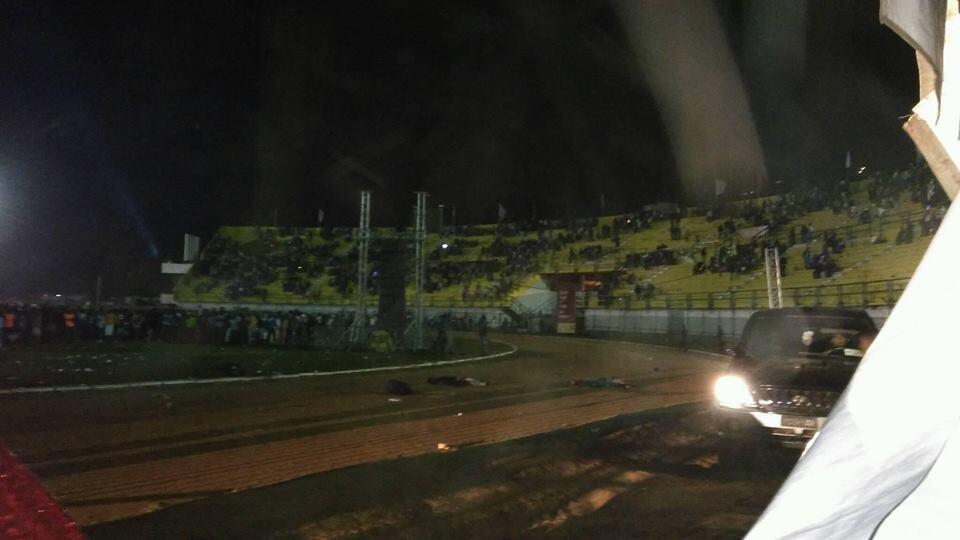 Le stade juste après l'explosion dimanche soir. Photo : Perry Parker.