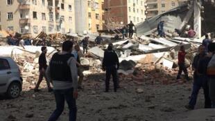 Le bâtiment de la police soufflé par l'explosion. Photo publiée sur Twitter, @seyhyozgati.