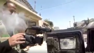 Capture d'écran d'une vidéo montrant une balle de sniper frôler un journaliste à Mossoul.