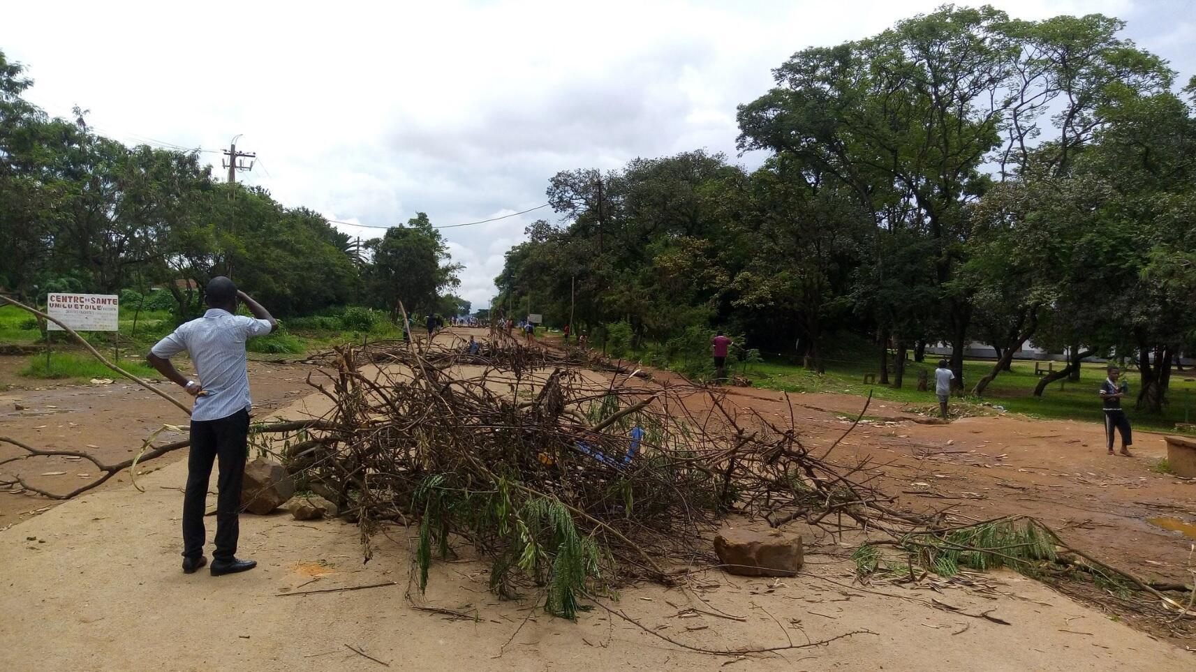 Trois étudiants et un policier ont été tués dimanche lors d'affrontements en marge d'une manifestation d'étudiants à l'Université de Lubumbashi (Unilu). Crédit : Didier Mukaleng / Twitter @MUKALENGM.
