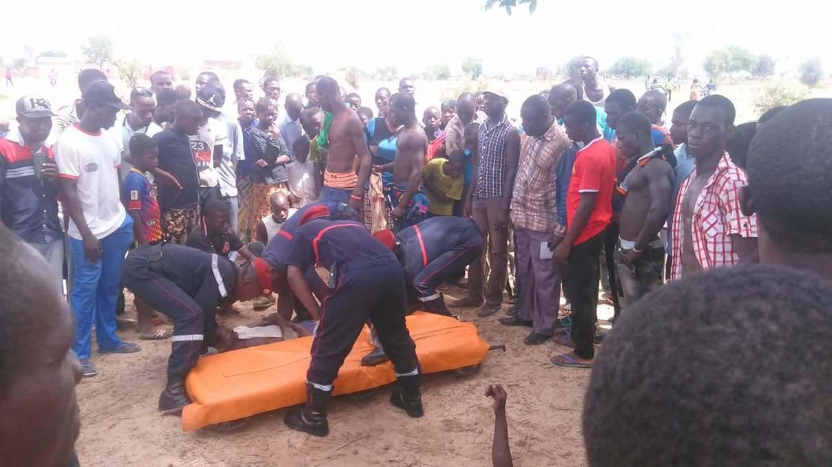 Des pompiers emmènent une personne ayant été blessée au cours des affrontements qui se sont produits avec des koglweogo, samedi 25 juin, à Zongo, un village situé en périphérie d'Ouagadougou. Photo de notre Observateur.
