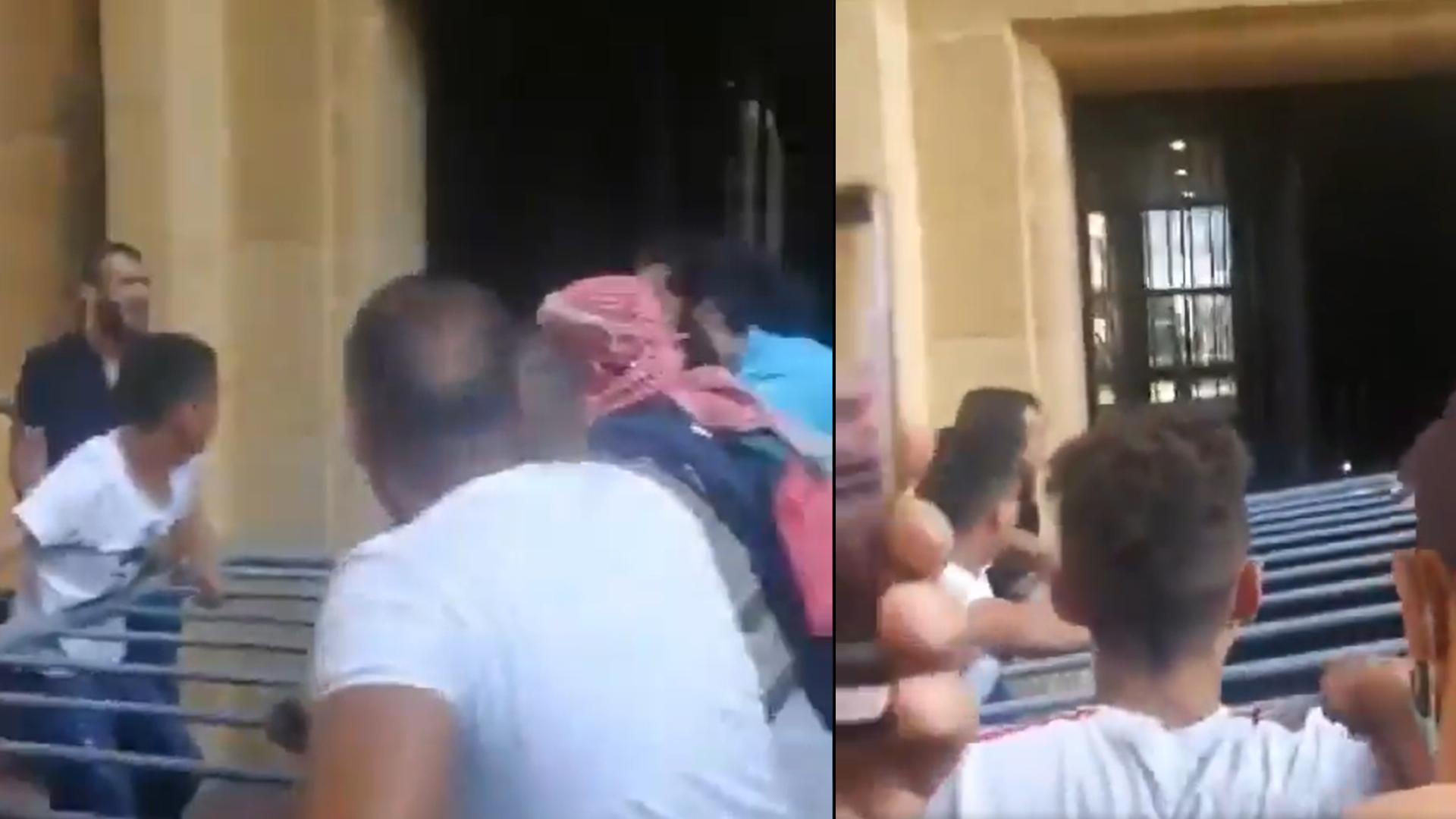 Captures d'écran d'une vidéo, diffusée dimanche 6 juin sur Twitter, montrant des manifestants en train d'essayer de force la porte du siège du ministère de l'Économie, à Beyrouth.
