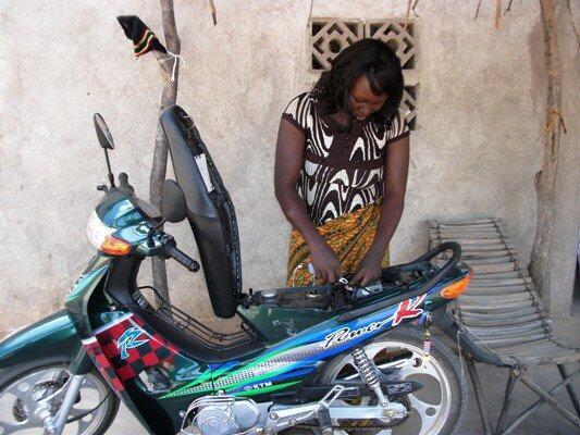 """""""Quand les motos chinoises rechargent les téléphones maliens"""" - cliquez sur l'image pour relire l'article de Boukary Konaté"""
