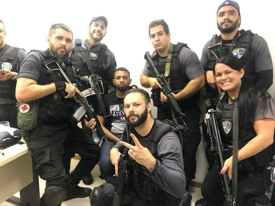 """À Rio, des policiers posent avec le trafiquant """"Rogerio 157"""" peu de temps après son arrestation mercredi 6 décembre. Photo publiée sur les réseaux sociaux."""