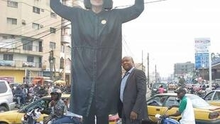 """La """"statue"""" érigée mercredi 6 décembre par l'artiste française Sylvie Blocher à Douala a été détruite par des militants. Photo publiée sur les réseaux sociaux."""