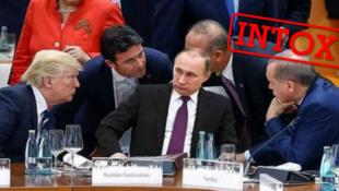 Angela Merkel (debout derrière) Donald Trump (à gauche), et Recep Tayyip Erdogan (à droite) et le ministre des affaire étrangères truc, Mevlut Cavusoglu (à gauche d'Erdogan), entourent Vladimir Poutine, ou plutôt, un fauteuil vide.