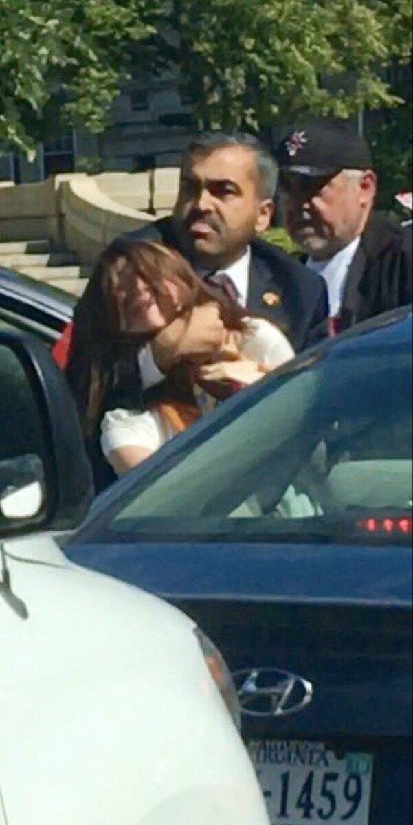Une manifestante violentée par un garde du corps d'Erdogan. Source: @mutludc.