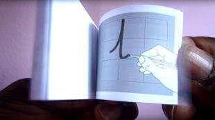 Un Burkinabè vivant en Belgique a inventé une méthode d'auto-apprentissage de l'écriture destinée aux enfants et aux adultes. Photo Alphatec/Roger Kaboré.