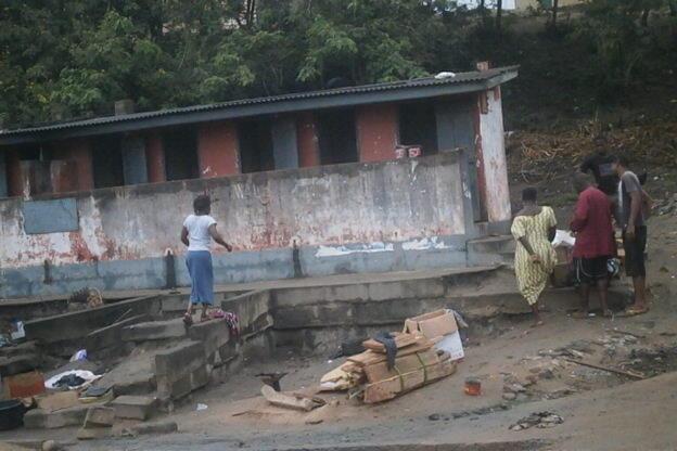 WC publics à Cape Coast, au Ghana. Toutes les photos ont été prises dans cette ville par Evariste Yapi.