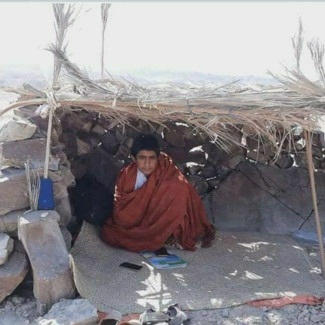 Cet élève a construit un abri de fortune sur une montagne, dans le Sistan-et-Balouchistan, où il peut capter internet et ainsi participer au cours en ligne. Photo publiée le 14 novembre sur Twitter.