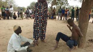 """Une page Facebook """"Koglweogo Boulsa"""" montre ce qu'elle présente comme un """"procès populaire"""" organisé par une milice rurale de Boulsa au Burkina Faso."""